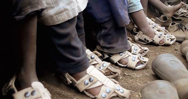 靴が買えない途上国の子どもたちを救う『成長するサンダル』に支援が集まる